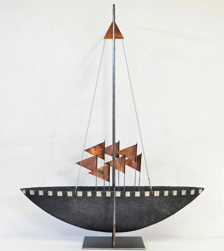 2001   Schip met koperen vlaggetjes   keramiek/koper   70x55x18 cm